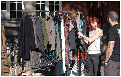 Кусочек улицы с винтажной одеждой