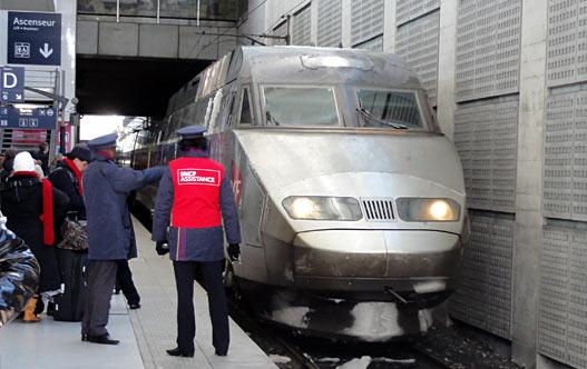 Поезд на вокзале в аэропорту CdG