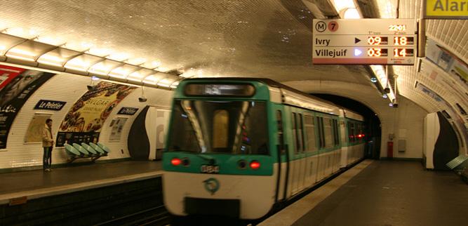 Как пользоваться метро в Париже - информационная панель на станции метро