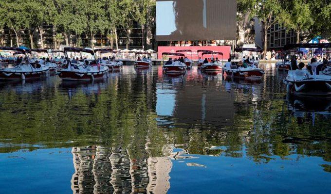 Реку Сена превратили в кинотеатр под открытым небом
